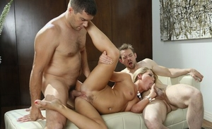 Hot blondie chick Carter Cruise does xxx assfuck with 2 men