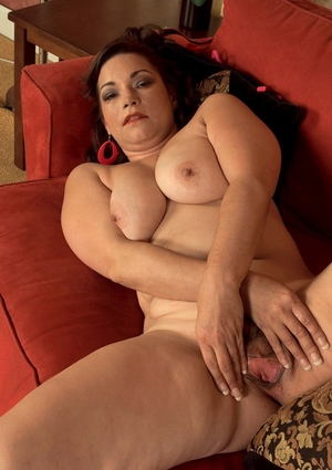 Overweight American housewife Kenzie Taylor makes her nude modeling debut
