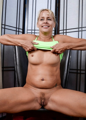 Mature fatty Payton Leigh teases her needy pussy after playing some sport