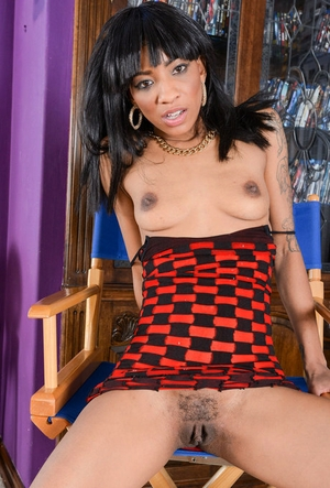 Ebony amateur September Reign shows off the pink of her beaver in the nude
